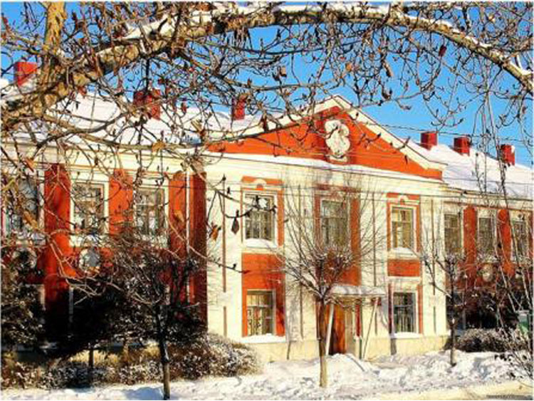Бывшее здание танкового училища. Ныне колледж искусств (другое название этого учебного заведения  писать не хочу  - голову сломать можно)