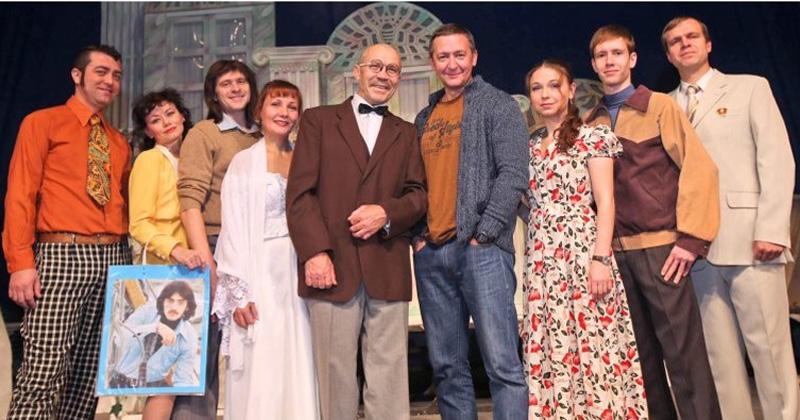 Герои спектакля с режиссером Александром Штендлером (четвертый справа)