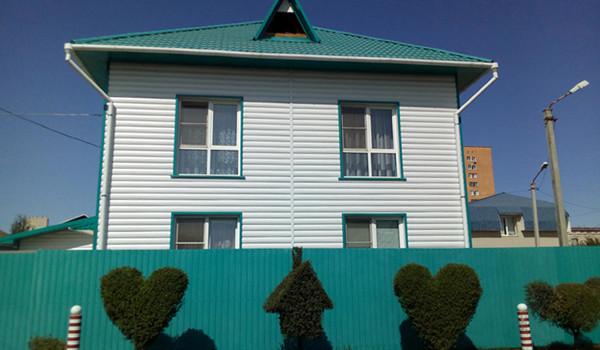 Камышин, улица Спартаковская. Красивая стрижка деревьев и кустарников